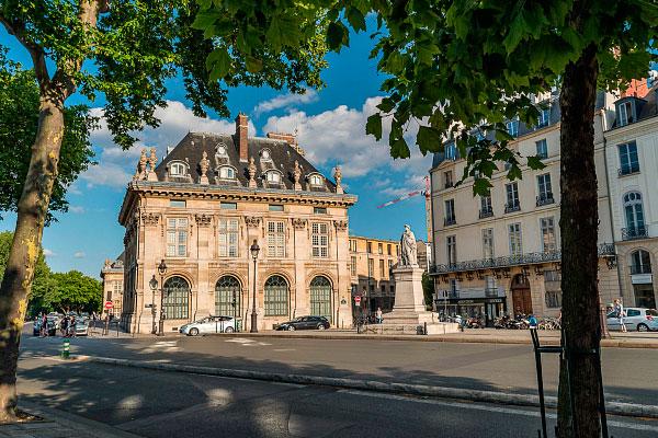 Столица Франции в июне.