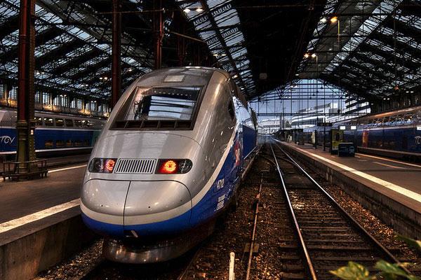Купить билеты на поезд из Лиона в Париж.