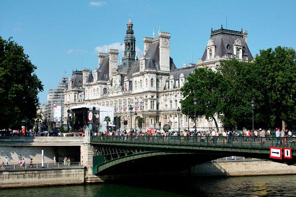 Столица Франции в июле.