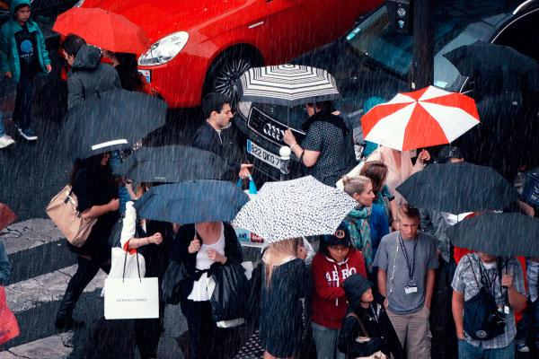 Люди с зонтами под дождём.