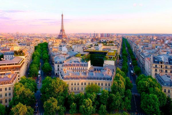 Столица Франции в августе.