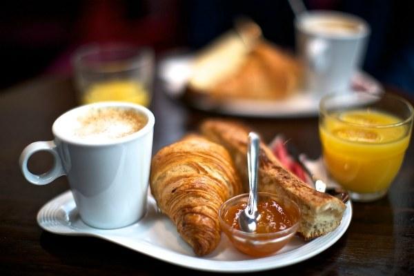 Завтрак в кафе.