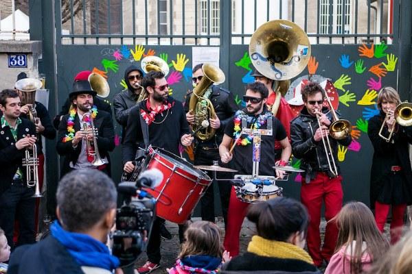 Музыканты на карнавале.