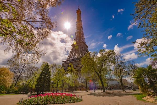 Солнечный день в Париже.